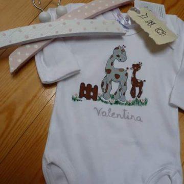 Bodi nadó i penjadors de futsa pintats a mà Valentina